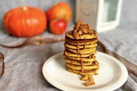 Jesenné fit tekvicové lievance s arašidovou omáčkou